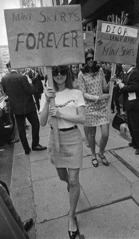 60s-london-girls-protesting-for-mini-skirts-280x480 Vintage Friday: com'è cambiata la gonna nelle varie decadi