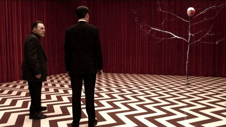 twin-peaks-season-3-2017-008-in-red-room-with-the-arm_0-960x541 10 Frasi memorabili delle serie tv