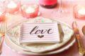 La Cena Romantica per i Romantici: musica, vino, candele e rose rosse.