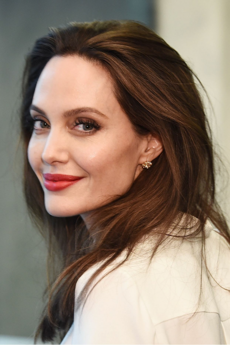 Angelina-Jolie-Penned-a-Powerful-Essay-About-Why-We-Need-More-_Wicked-Women_ 5 donne famose impegnate nel sociale: le star da ammirare