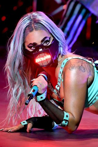 Every-Outfit-Lady-Gaga-Wore-at-the-VMAs-Included-a-Very-Important-Accessory_-A-Face-Mask-1-320x480-1 Pop star trasgressive del 2020