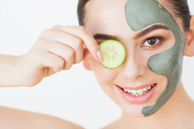 beautiful-young-woman-clay-mud-mask-face-covering-eyes-with-slices-cucumber_118454-6845-1 Come combinare le maschere viso: istruzioni di bellezza